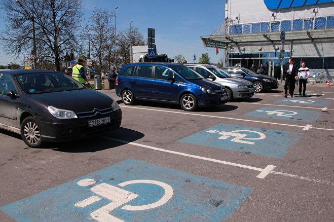 Парковка для инвалидов у магазина ОМА занята автомобилями