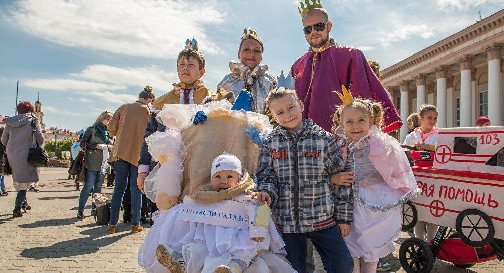 Обязательный отпуск для отцов планируют  ввести в республики Белоруссии