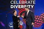 Президент городского совета Стокгольма Ева Луиза Эрландссон Слорак передает символический ключ Евровидения мэру Киева Виталию Кличко
