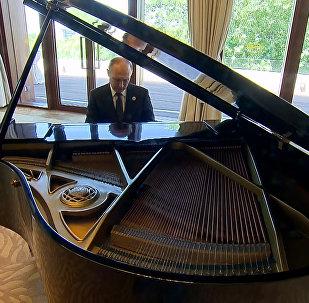 Путин сыграл на рояле