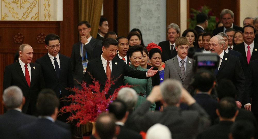 Си Цзиньпин с супругой Александр Лукашенко с сыном и Владимир Путин на форуме в Пекине