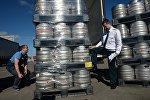 Сотрудник Смоленского таможенного поста ФТС России досматривает груз