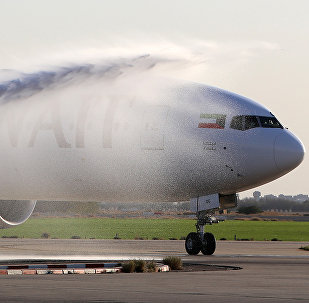 Лайнер Boeing 777 моют в аэропорту, архивное фото