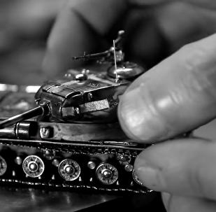 Майстар з Віцебску зрабіў срэбную мадэль танка ІС-2