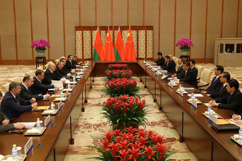 Президент Беларуси Александр Лукашенко на встрече с председателем КНР Си Цзиньпином