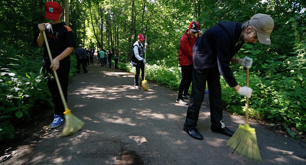 Дзеці прыбіраюць тэрыторыю дзіцячага аздараўленчага лагера
