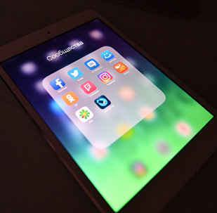 Иконки приложений соцсетей на экране планшета