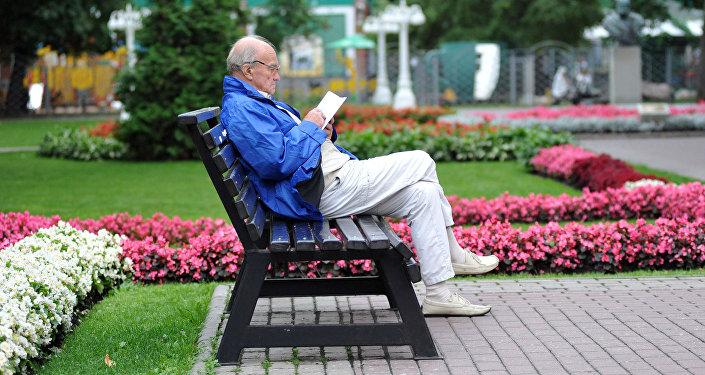 Мужчина читает книгу, архивное фото