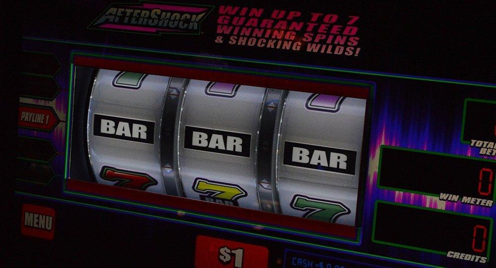 Игровой автомат в казино, архивное фото