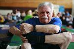 Люди пожилого возраста занимаются хатха-йогой