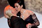 Актриса Моника Белуччи целует актера Алекса Лутса