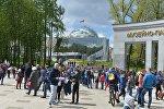 Минчане и гости столицы возле музея Великой Отечественной войны