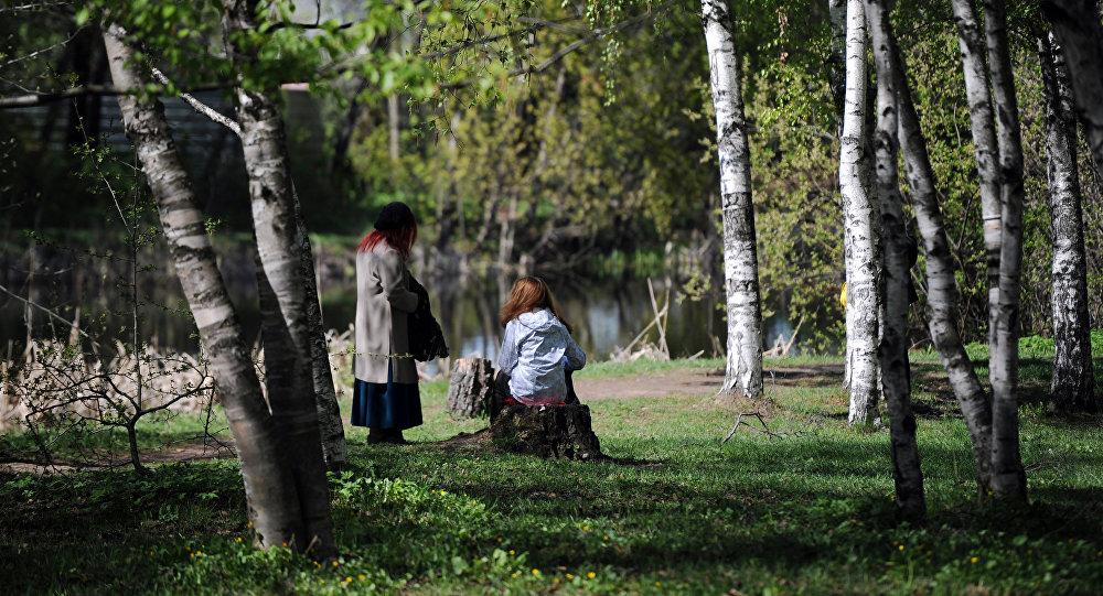 Дети отдыхают в ботаническом саду