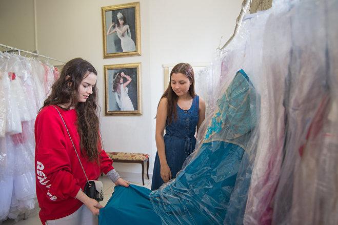 Модный блогер Мария Погорелова помогает выбрать платье выпускнице