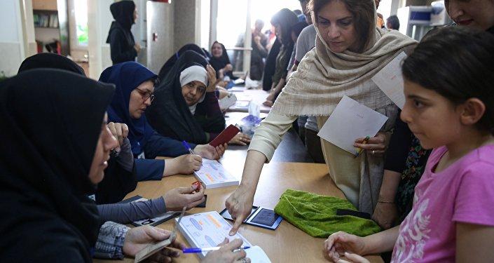 Голосование на избирательном участке в Тигеране