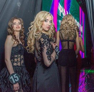 За секунду до первого выхода. Девушки в полупрозрачных нарядах готовятся очаровывать публику.