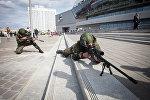 Возле Минск - Арены белорусские военнослужащие демонстрировали образцы имеющегося на вооружении стрелкового оружия.