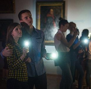 Загадочная атмосфера только прибавляла интереса, позволяя нетривиально окунуться в мир искусства. Зал наполнялся тенями и отблесками.
