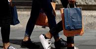 Женщина с пакетом Zara, архивное фото