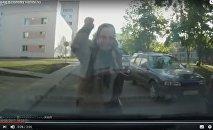 Пенсионерка набросилась с кулаками на автомобиль в Серебрянке