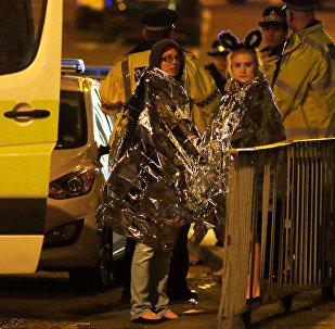 Зрители концерта Арианы Гранде на стадионе Манчестер Арена, во время которого произошел взрыв
