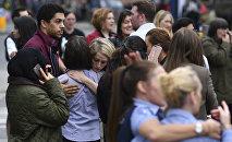 Люди возле стадиона в Манчестере