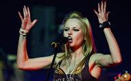 Певица Алиса Вокс выступает на концерте группы Ленинград