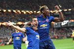Футболисты Манчестер Юнайтед Генрих Мхитарян (слева) и Поль Погба