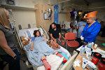 Елизавета II приехала в больницу Манчестера навестить раненных во время теракта детей