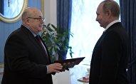 Президент РФ В. Путин поздравил с 75-летием художественного руководителя московского театра Et Cetera А. Калягина