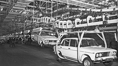 Автомобили ВАЗ-2103 на конвейере завода в Тольятти, архивное фото