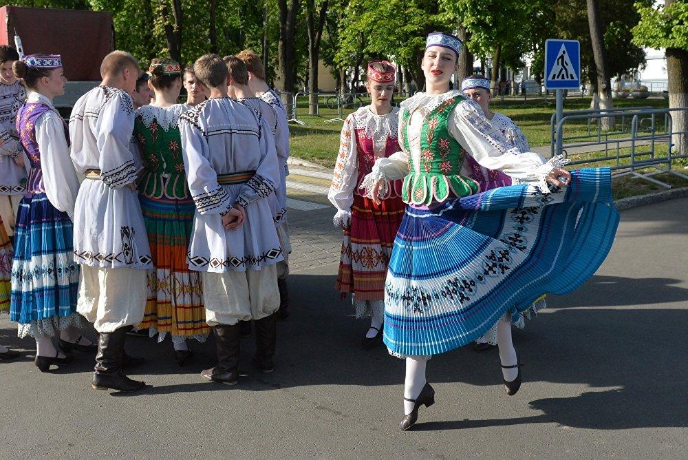 В Республики Беларусь тракторы станцевали «Танец маленьких тракторят»