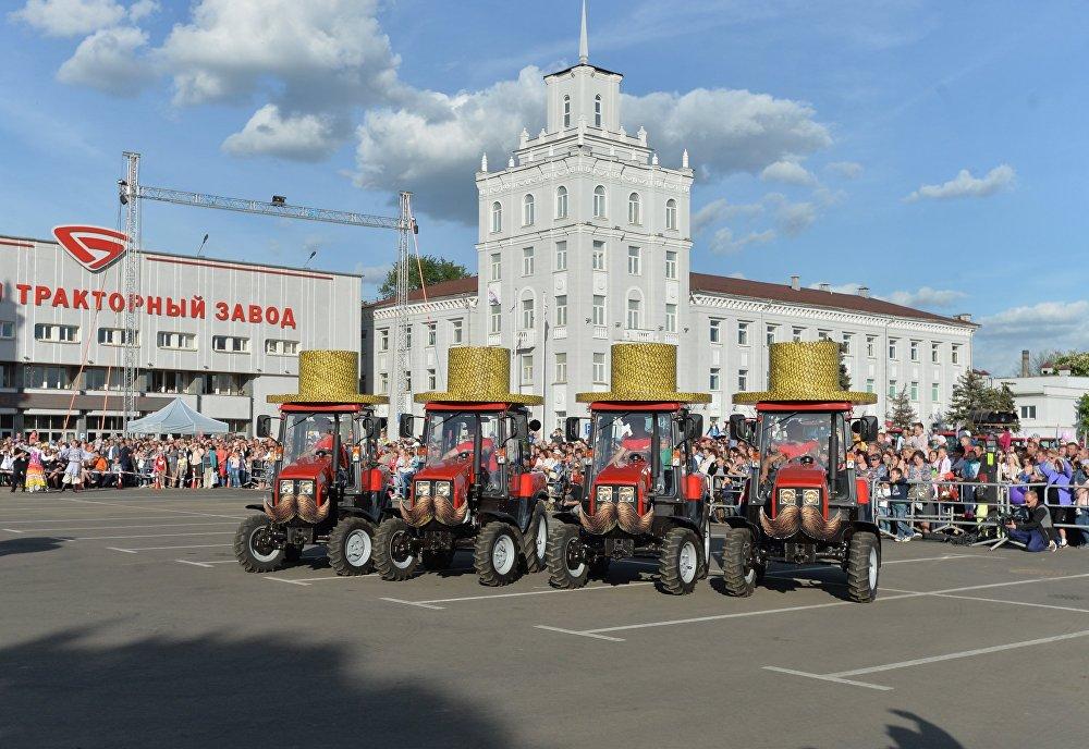 Где еще можно увидеть трактор с усами и шляпой?