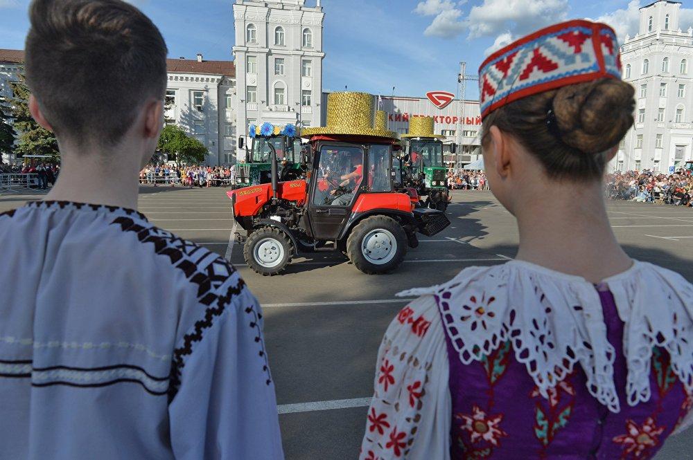 Танцующие тракторы приковали к себе взгляды зрителей.