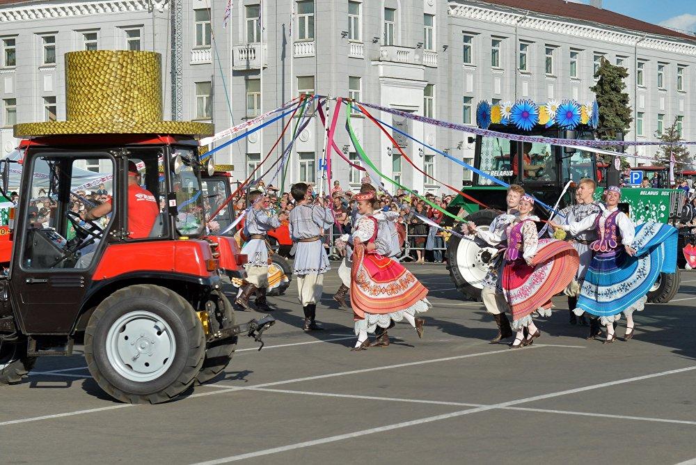 Во время тракторного балета вместе с машинами танцевали и артисты ансамбля танца Белая Русь.