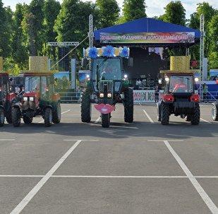 Тракторы исполнили танец маленьких лебедей на дне рождения МТЗ