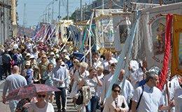 Многочисленные участники процессии