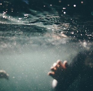Купание в бассейне, архивное фото
