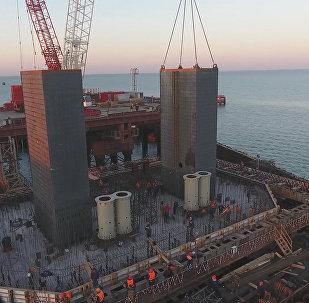 На стройке моста в Крым начали сооружать тела фарватерных опор