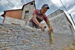 Украинский строитель работает на стройке под Минском