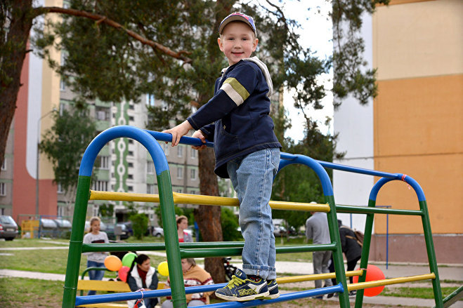 Пятилетний Стас больше всего любит играть во дворе на гимнастической стенке, когда появится футбольное поле с воротами, будет пропадать там