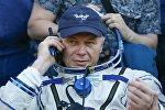 Космонавт Олег Новицкий говорит по телефону после приземления в Казахстане