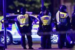 Полицейские возле Лондонского моста, где минувшей ночью произошел теракт