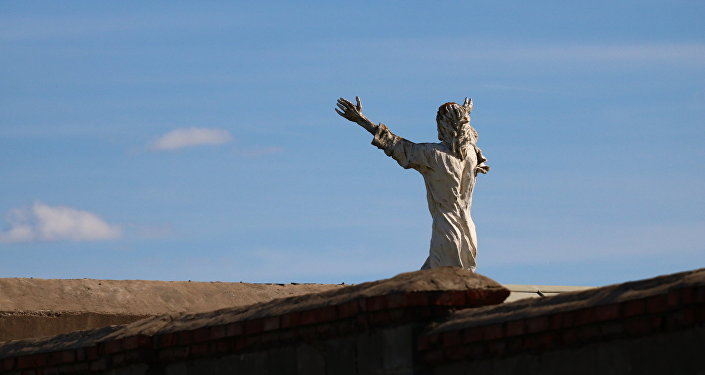 Фигурка Иисуса Христа на крыше храма