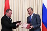 Сергей Лавров (справа) и Владимир Макей во время подписания итоговых документов