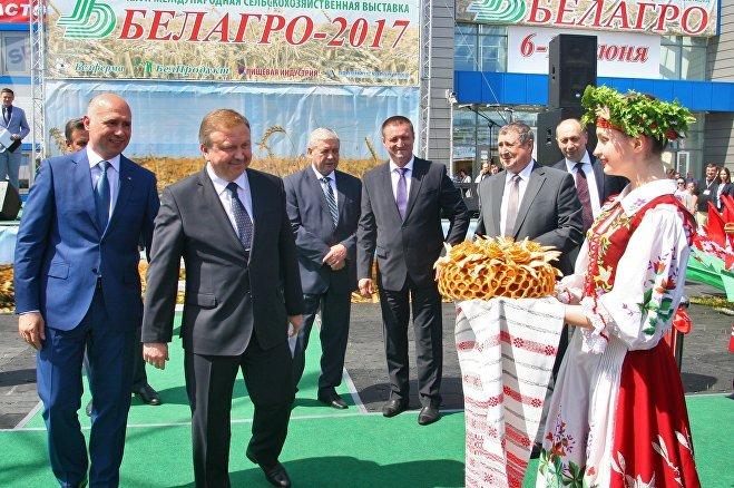 Премьерам Беларуси и Молдовы поднесли хлеб-соль