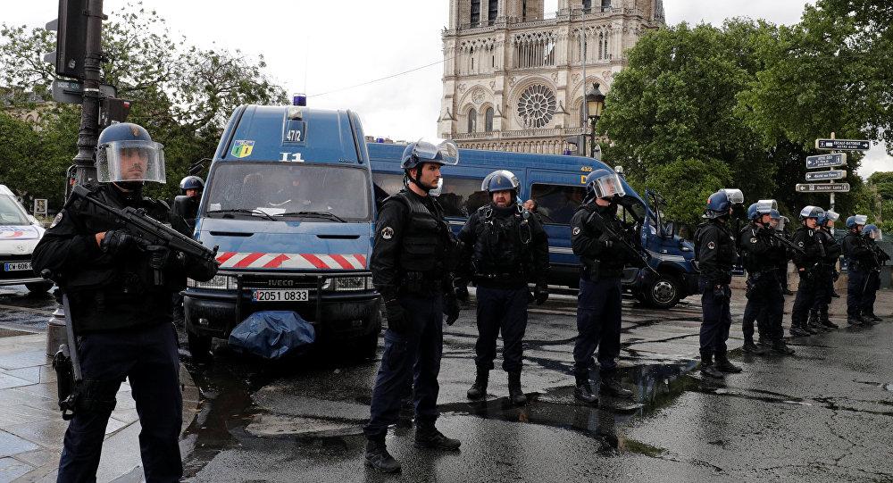 Практически  все люди, заблокированные всоборе Парижской Богоматери, покинули строение