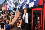 Игроки Динамо-Брест демонстрируют победный кубок брестчанам