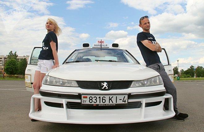 Первым пассажиром стала девушка Игоря Вика. Она называет машину котиком