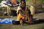 Беженка из Южного Судана купает своего ребенка